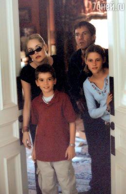 Маленькая Кристен сШарон Стоун и Дэннисом Куэйдом в «Дьявольском особняке»...
