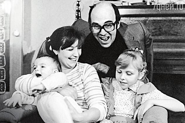 Ольга Остроумова с первым мужем, режиссером Михаилом Левитиным, дочерью Олей и сыном Мишей. 1983 г.
