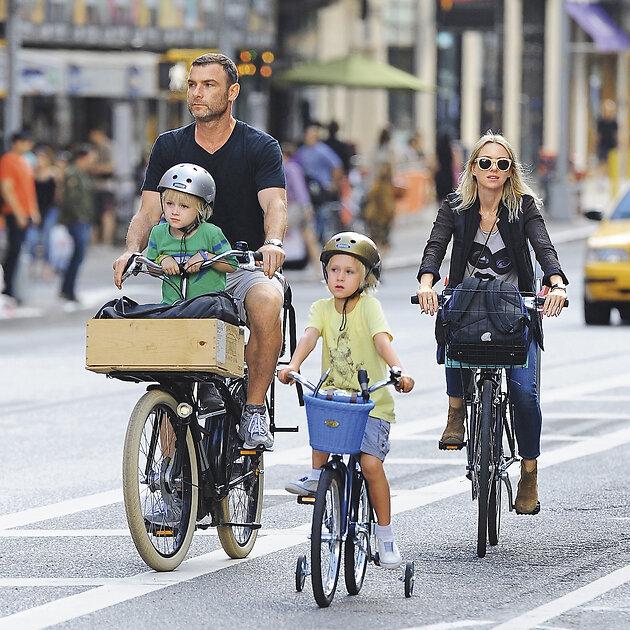 Наоми Уоттс и Лиев Шрайбер с сыновьями