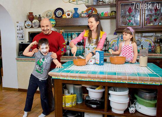 Сергей Трофимов с женой Настей, сыном Ваней и дочкой Лизой
