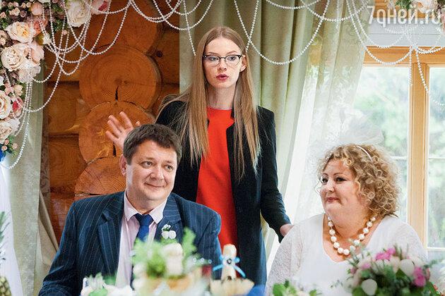 Крестная главной героини Сони (Светлана Ходченкова) со своим женихом Леонидом (Юлия Сулес и Ян Цапник)