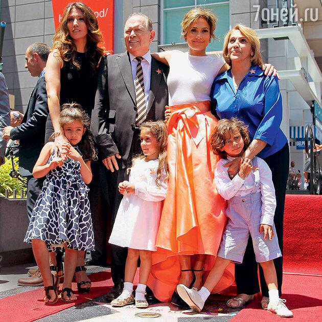 Дженнифер Лопес и сестра певицы Линда с дочкой, отец Дэвид, Дженнифер, мать Гвадалупе с внуками — близнецами Максом и Эммой
