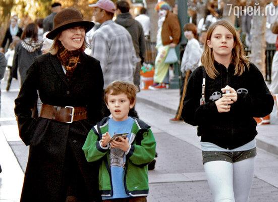 С приемными детьми — сыном Дюком и дочерью Декстер