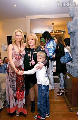Кристина с мамой Аллой Пугачевой и сыном Дени. Май, 2006 год