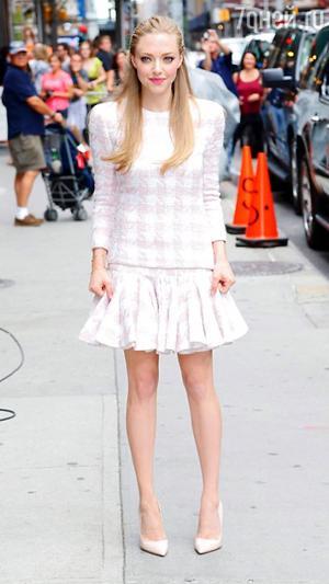 Аманда Сейфрид в твидовом костюме от Balmain на съемках передачи «Позднее шоу с Дэвидом Леттерманом» в 2013 году