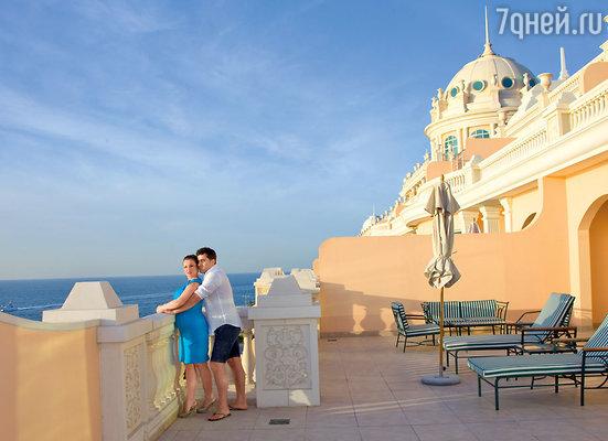 В номере-люкс одного из лучших отелей Дубая —«Kempinski Hotel & Residences PalmJumeirah» с балкона открывается потрясающий вид на Персидский залив