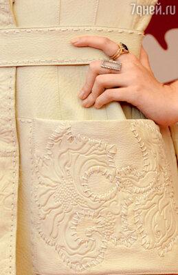 Вышивка на платье Дакоты Фэннинг