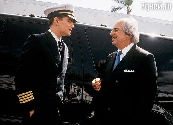 В 2002 году режиссер Стивен Спилберг, узнав историю Фрэнка, предложил снять о нем фильм. Леонардо Ди Каприо, Фрэнк Абигнейл, 2002 г.