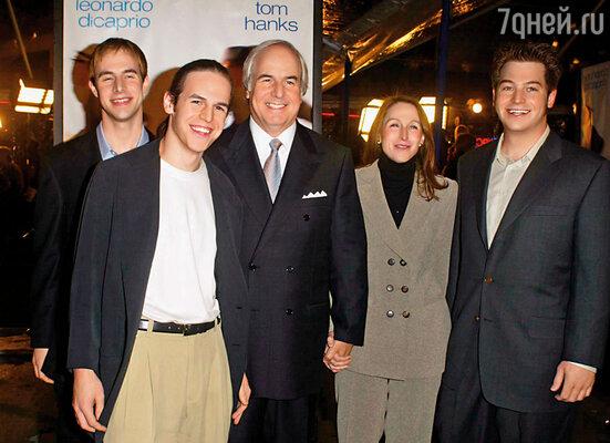 Келли родила Фрэнку Абигнейлу троих сыновей, и, похоже, у них вполне счастливая семья. На премьере фильма «Поймай меня, если сможешь», 2002 г.