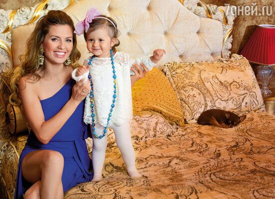 Виктория Боня с дочерью Анджелиной Летицией
