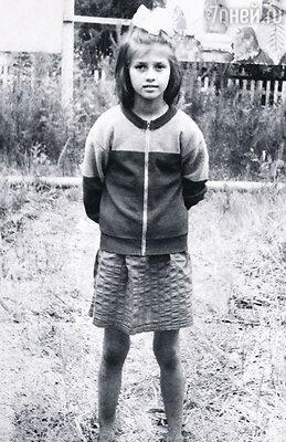 Росла я настоящей егозой, пацаном в юбке, коленки постоянно были разбитыми