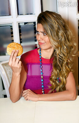 Заказала гамбургер и стала откусывать по маленькому кусочку — леди из себя изображала, хотя хотелось слопать эту булку в три укуса