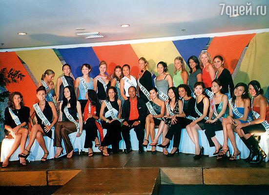 Среди участниц конкурса красоты Miss Earth 2001 на Филиппинах (3-я справа в верхнем ряду)