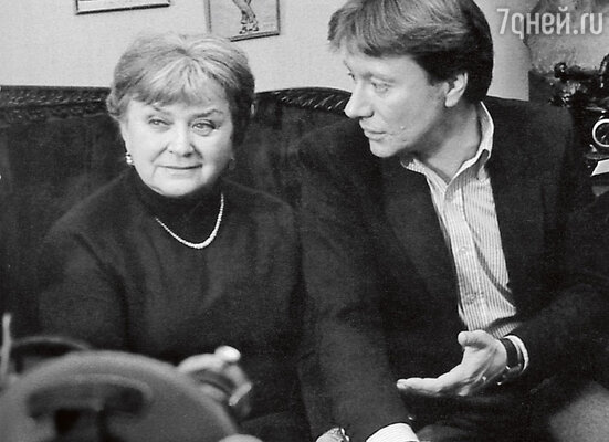 «Андрей доверял родителям. Мария Владимировна уже с первого класса знала нас всех по именам, была в курсе наших школьных событий». (Андрей Миронов с мамой Марией Владимировной)