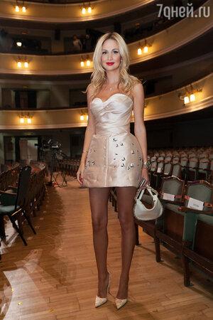 Ноябрь 2014 г. Премия «Женщина года». На Виктории: платье Ulyana Sergeenko Couture, туфли Christian Louboutin