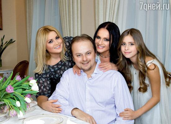 С сыном Русланом, невесткой Светланой и внучкой Софией