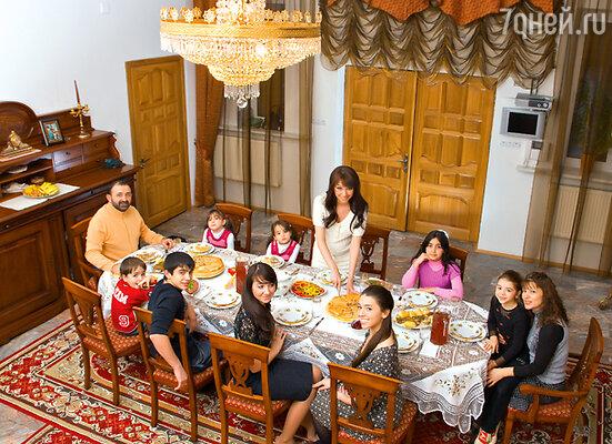«У Башира все дети очень воспитанные, неизбалованные. Старшие девочки меня сейчас всячески опекают, напоминают: будь осторожнее, отдыхай побольше, тяжести не поднимай»