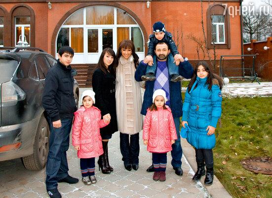 С мужем Баширом и его детьми (слева направо): Абукаром, Раяной, Халимой, Марьям, Мухаммадом и Даной