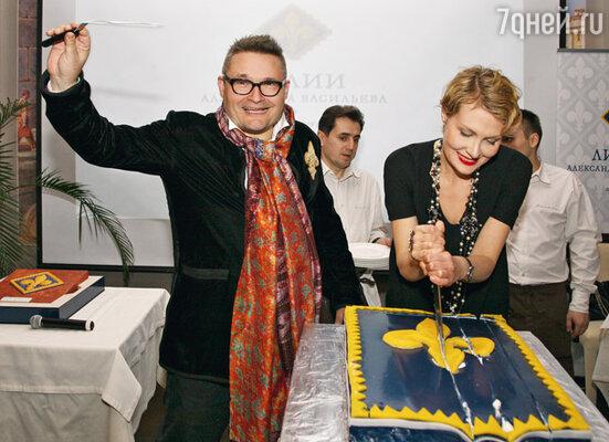 Актриса помогла Александру Васильеву разрезать торт, но от дегустации отказалась