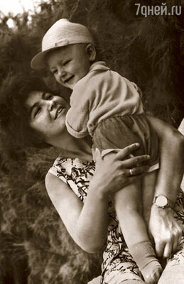 Эля с нашим маленьким сыном Алешей