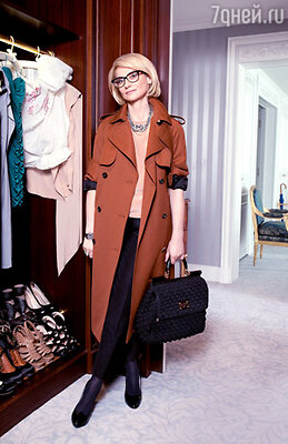 «Я влюбилась в этот тренч от Фиби Фило — онприятного оттенка коричневого, объемный и выглядит так, будто я его украла у любимого мужчины. В парижском отеле «Ритц» очень продуманные гардеробные — в этом отделении шкафа вечерняя группа. На первом плане топ, созданный специально для меня талантливым молодым дизайнером Миленой Зиятдиновой, онаработает сомной в «Модном приговоре»