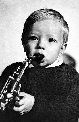 Петрович мечтал, чтобы сын пошел по его стопам. Подарил Володе саксофон, но тот больше любил петь