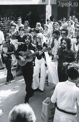 Нет бога — значит, нет и наказаний, и Коэльо понесся по жизни, не сдерживаемый более ничьей рукой. Пауло (на фото справа) на демонстрации