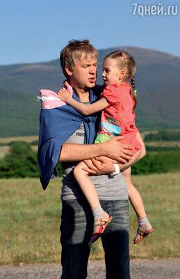 В массовке удалось сняться и дочери Сергея Светлакова отпервого брака Насте...