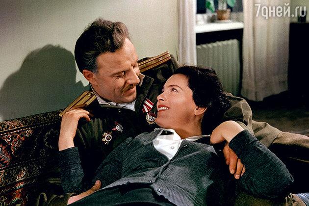 Михаил Ульянов и Элина Быстрицкая в фильме «Добровольцы». 1958 г.