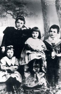 Маленькая Фая с мамой Милкой Рафаиловной, старшей сестрой Беллойибратом Яковом. 1900-е гг.