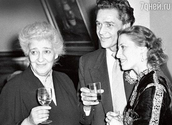 Фаина Раневская с Майей Плисецкой и английским актером Полом Скофилдом во время его гастролей в Москве. 1955 г.