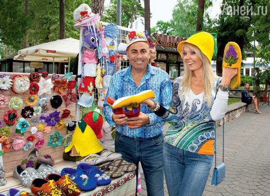 Валерия и Иосиф Пригожин покупают сувениры к столетию бабушки певицы