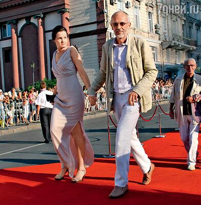 На звездной дорожке — Александр Гордон с невестой Еленой. Чуть поодаль — его отец, писатель Гарри Гордон, с женой Татьяной Акимовой