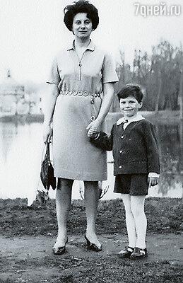 Родители, как правильные шестидесятники, таскали меня  во все походы с обязательными песнями у костра. Алексей с мамой