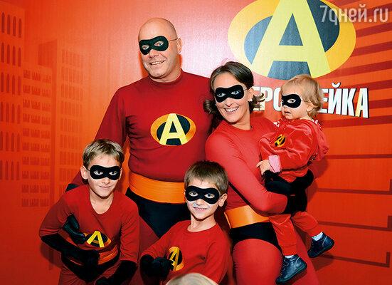 Всей семьей нарядились, как герои любимого мультика «Суперсемейка»,  и закатили шуточную свадьбу в том же месте и с теми же гостями, что и десять лет назад