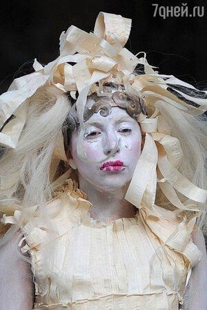 Леди Гага на улицах Лондона в 2013 году