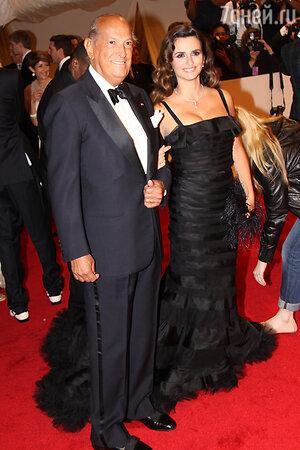Пенелопа Крус в платье от Oscar de la Renta рядом с дизайнером на Балу института костюма в Метрополитен-музее в Нью-Йорке, 2011 год
