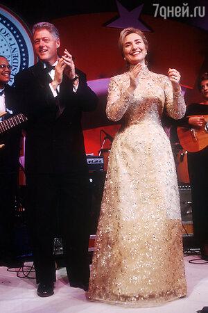 Хилари Клинтон в Oscar de la Renta с супругом Биллом Клинтоном на втором инаугурационном балу, 1997 год