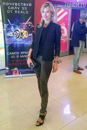 Анна Скиданова в жакете от Diesel black, брюках от Helmut Lung, босоножках от Jimmy Choo и аксессуарами от Dolce&Gabbana