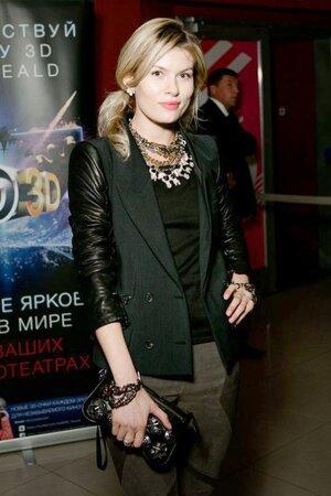Анна Скиданова в жакете от Diesel black, брюках от Helmut Lung и аксессуарами от Dolce&Gabbana