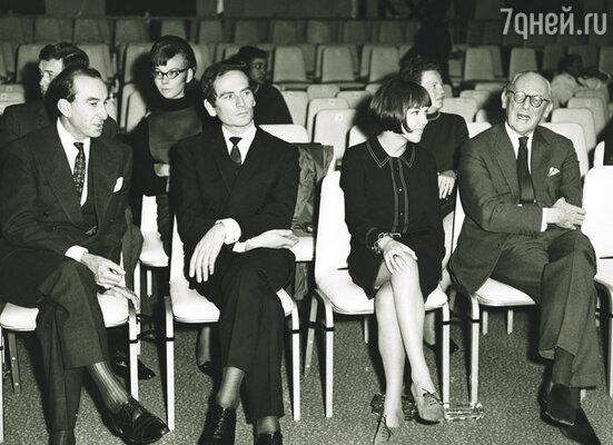 Проклятые французы – Андре Курреж и Пьер Карден – заявляют, будто  мини-юбку придумали они… наглые лжецы! Второй слева – Пьер Карден. Рядом с ним Мэри Куант
