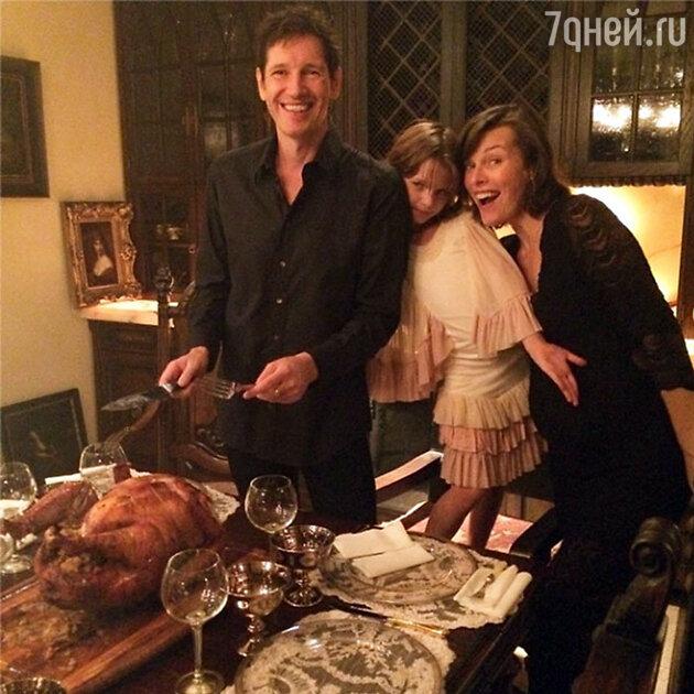 Милла Йовович с мужем и дочкой