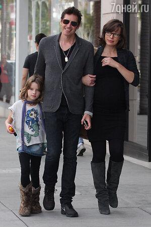 Милла Йовович с мужем и дочкой на прогулке