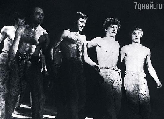 В спектакле «Пугачев» я часто подменял Высоцкого. Слева направо: Виктор Семенов, Константин Желдин, Леонид Филатов, я и Владимир Матюхин