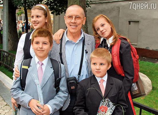 Золотухин с детьми сына Дениса — Таней, Алешей, Никоном и Машей