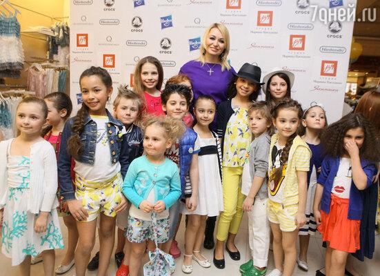 Катя Лель (в центре)