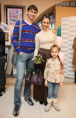 Егор Титов с женой и дочерью