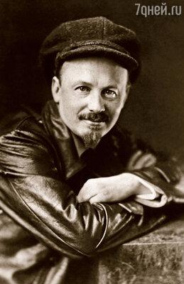 Николай Бухарин, назвавший стихи поэта смесью из «кобелей», икон и «сисястых баб»