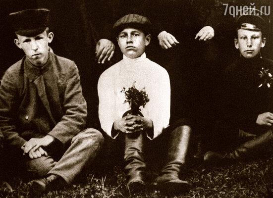Будущий поэт — в центре снимка — с одноклассниками