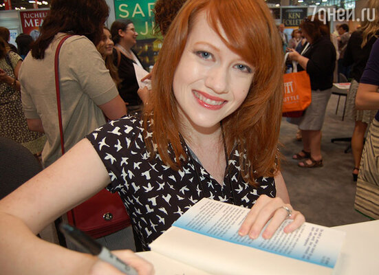 Райчел Мид, написавшая книгу, по которой сняли «Академию вампиров», присутствовала на съемках фильма всего несколько дней